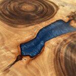 בוצ'ר עגול מעץ שיטה בשילוב אפוקסי כחול