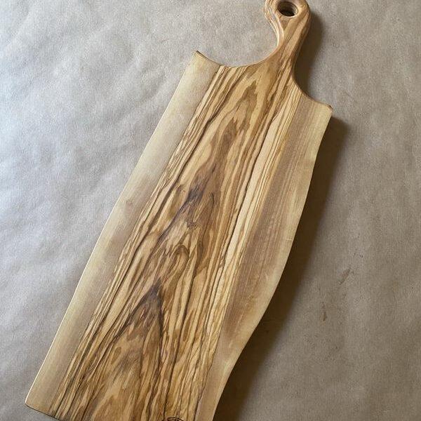 קרש הגשה עם ידית מעץ זית